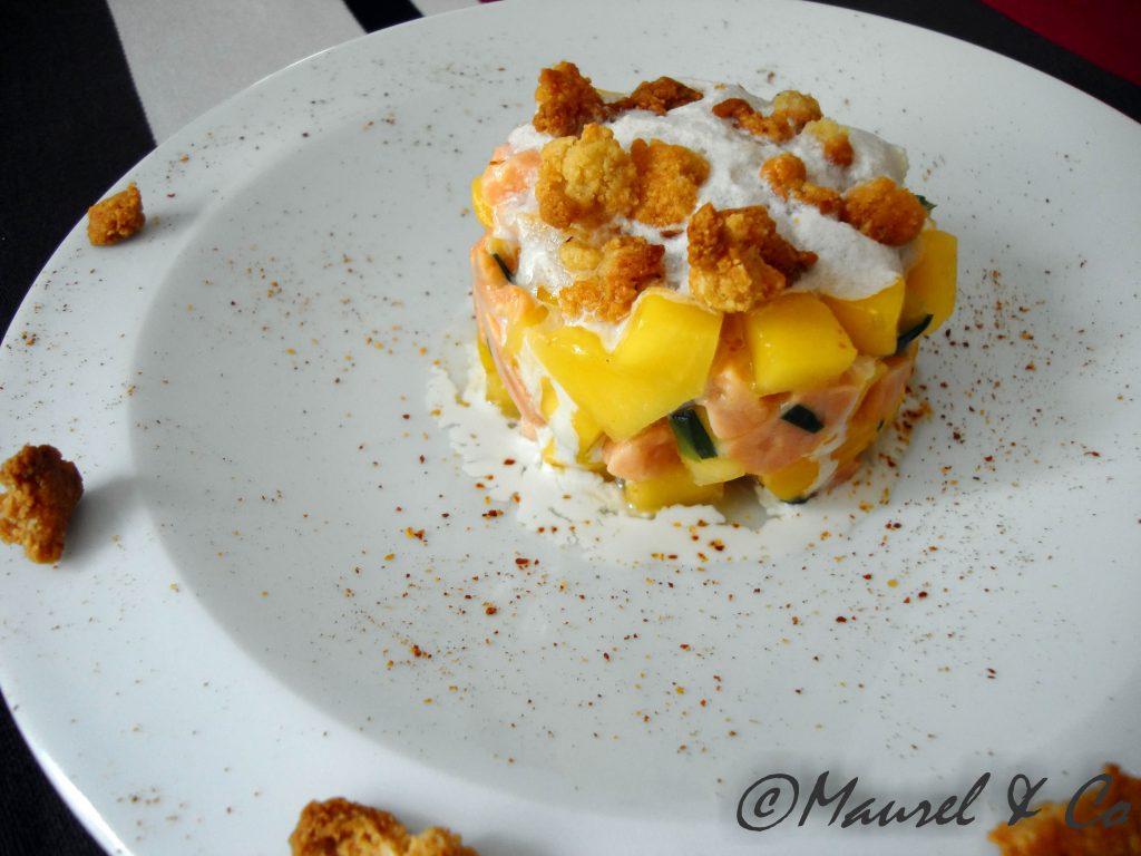 Tartare de saumon à la mangue, crumble d'épices et crème noisette