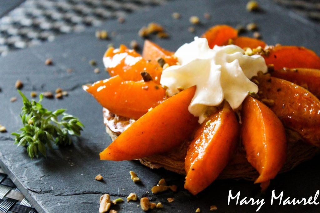 Tarte fine aux abricots, aux éclats de pistaches accompagnée d'une chantilly au basilic
