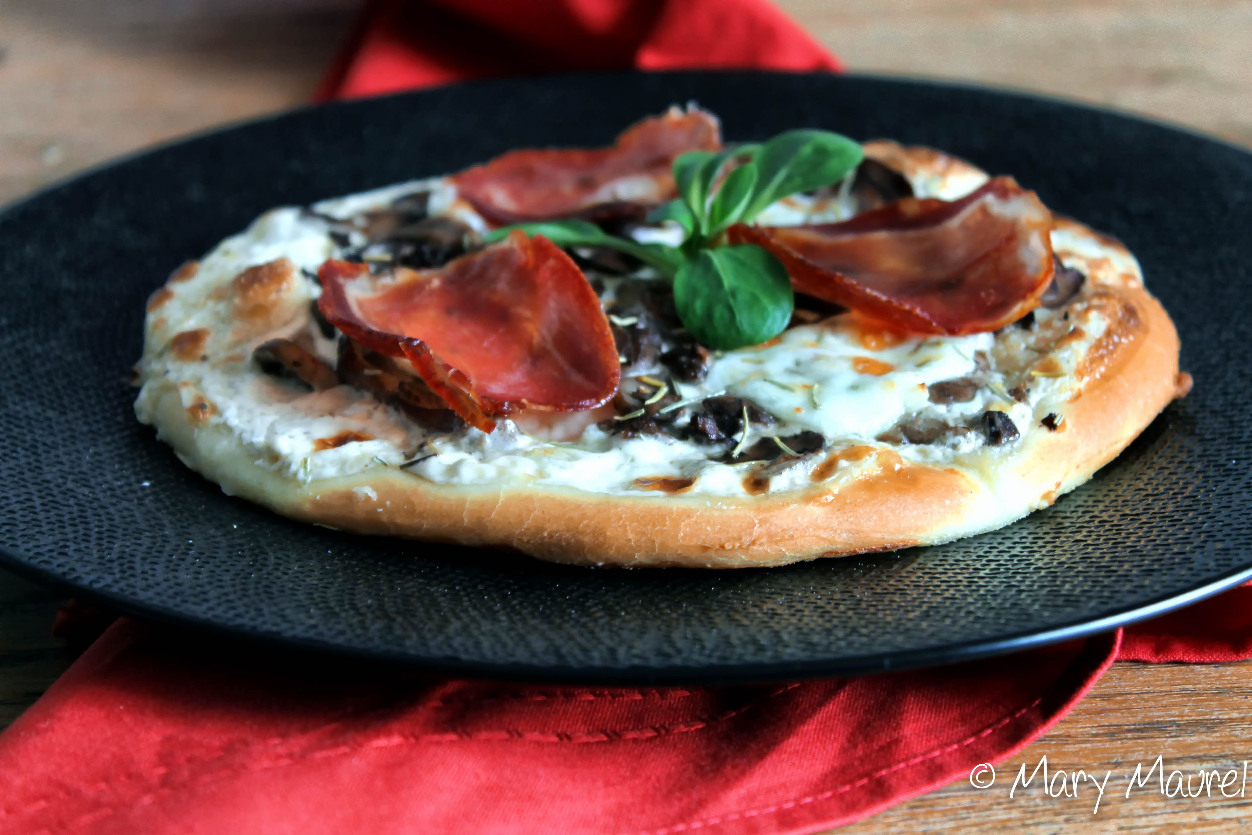 pizza la cr me de truffe champignons et mozzarella blogs de cuisine. Black Bedroom Furniture Sets. Home Design Ideas
