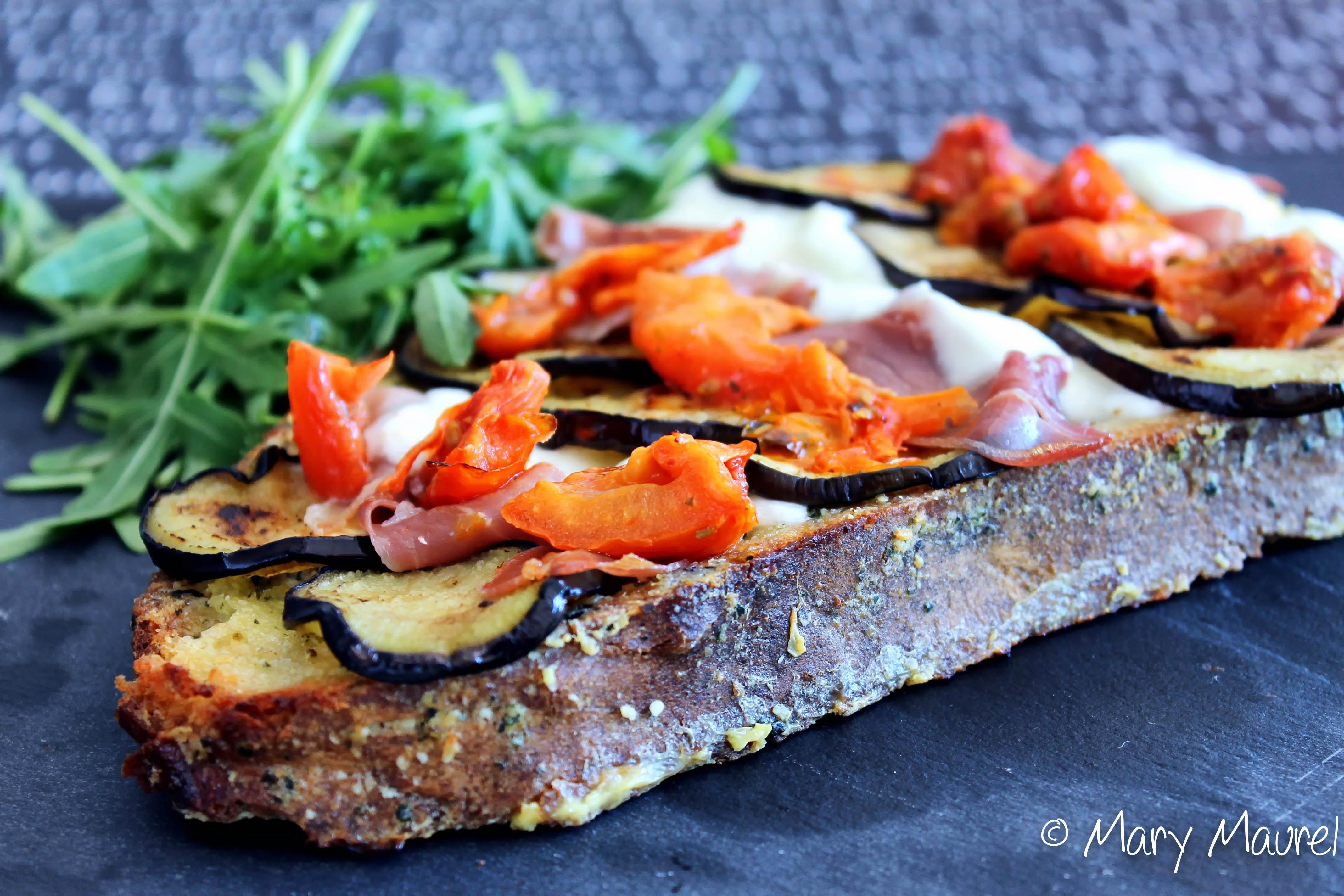 Pain perdu au pesto, légumes du soleil, mozzarella et jambon cru